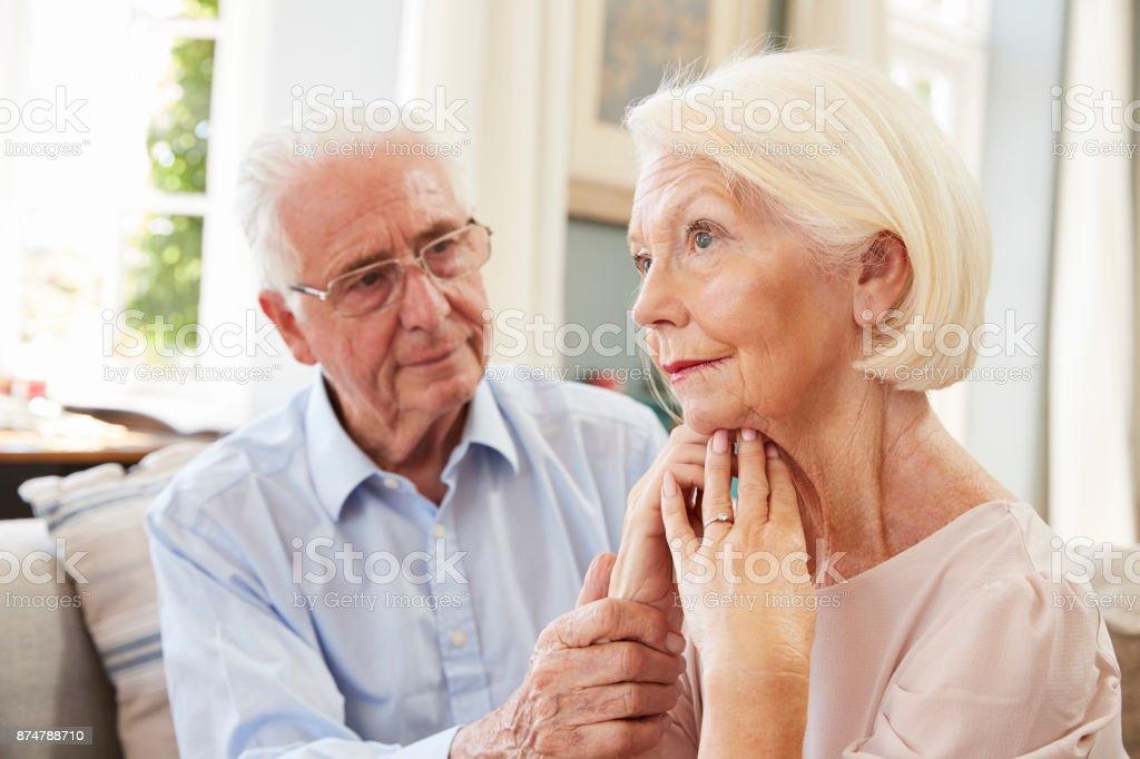 Senior woman tröstlich Frau mit Depressionen zu Hause - Lizenzfrei 70-79 Jahre Stock-Foto
