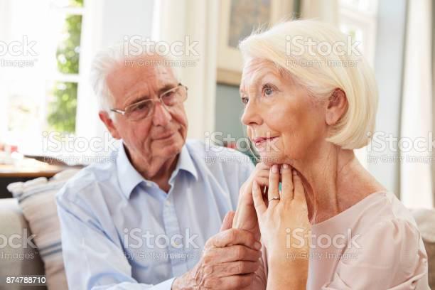 Senior Woman Tröstlich Frau Mit Depressionen Zu Hause Stockfoto und mehr Bilder von 70-79 Jahre