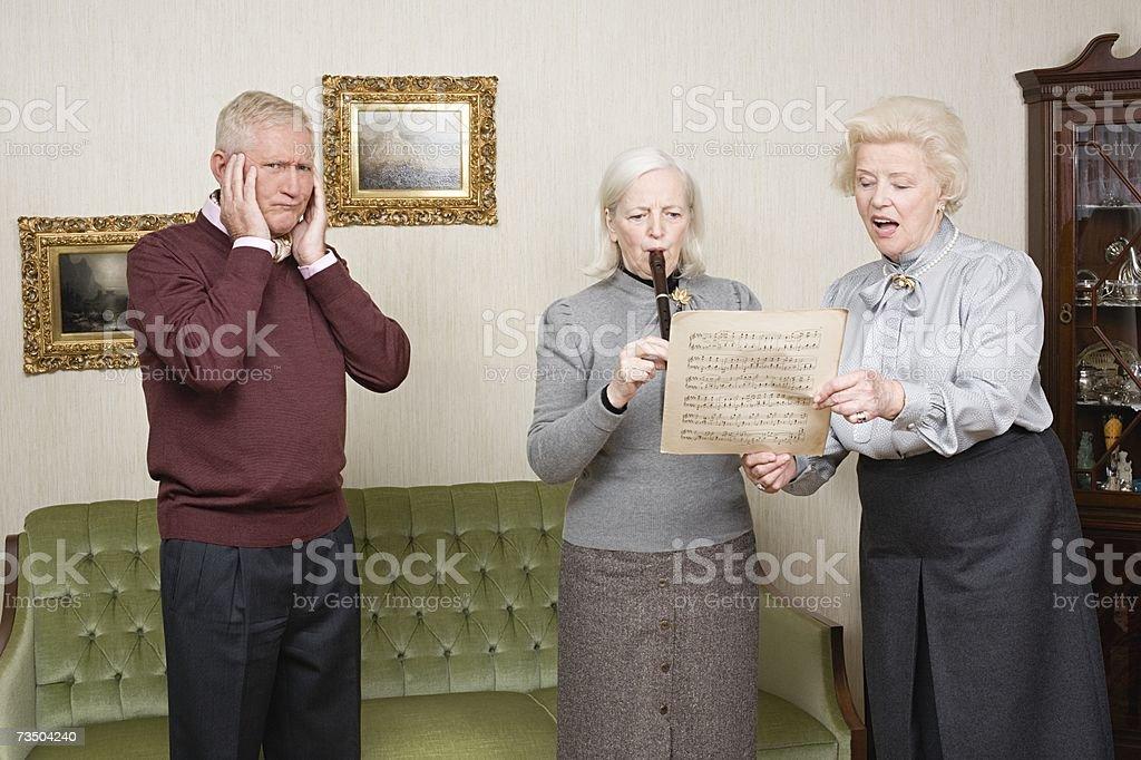 Hombre mayor tapando las orejas foto de stock libre de derechos