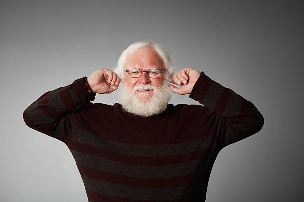 Alter Mann Deckung Ohren, block den Lärm – Foto
