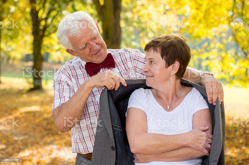 Senior homme couvrant sa femme - Photo