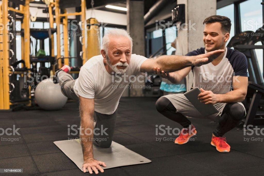 Senior woman Balance Übung mit trainer - Lizenzfrei 70-79 Jahre Stock-Foto