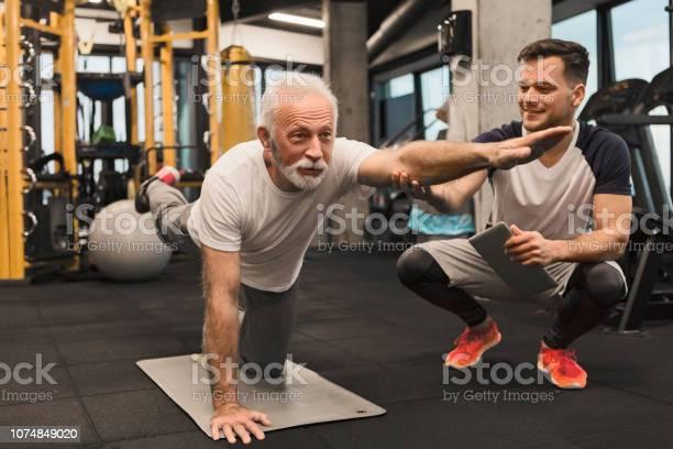 Senior Woman Balance Übung Mit Trainer Stockfoto und mehr Bilder von 70-79 Jahre