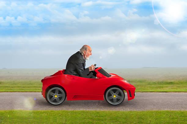 alter mann ein spielzeug rennen auto fahren - alten muscle cars stock-fotos und bilder