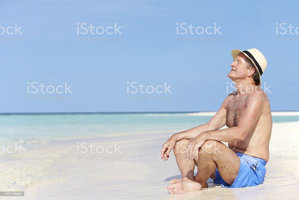 8054e090af71 Anziani Uomo Godendo Spiaggia Vacanza - Fotografie stock e altre ...