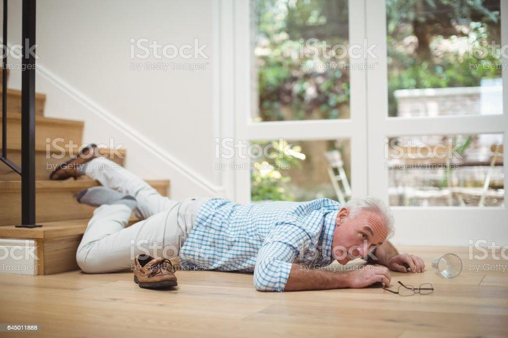 Senior homme tombant de l'escalier - Photo