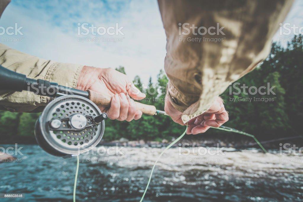POV Senior homme pêcheur pêche dans une rivière à la mouche - Photo