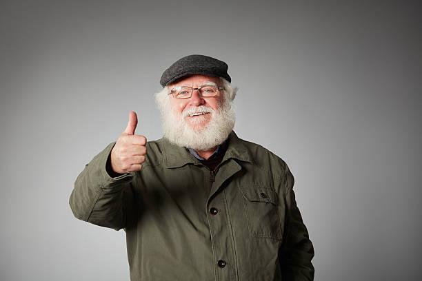 Alter Mann Gestikulieren Daumen hoch Zeichen Lächeln – Foto