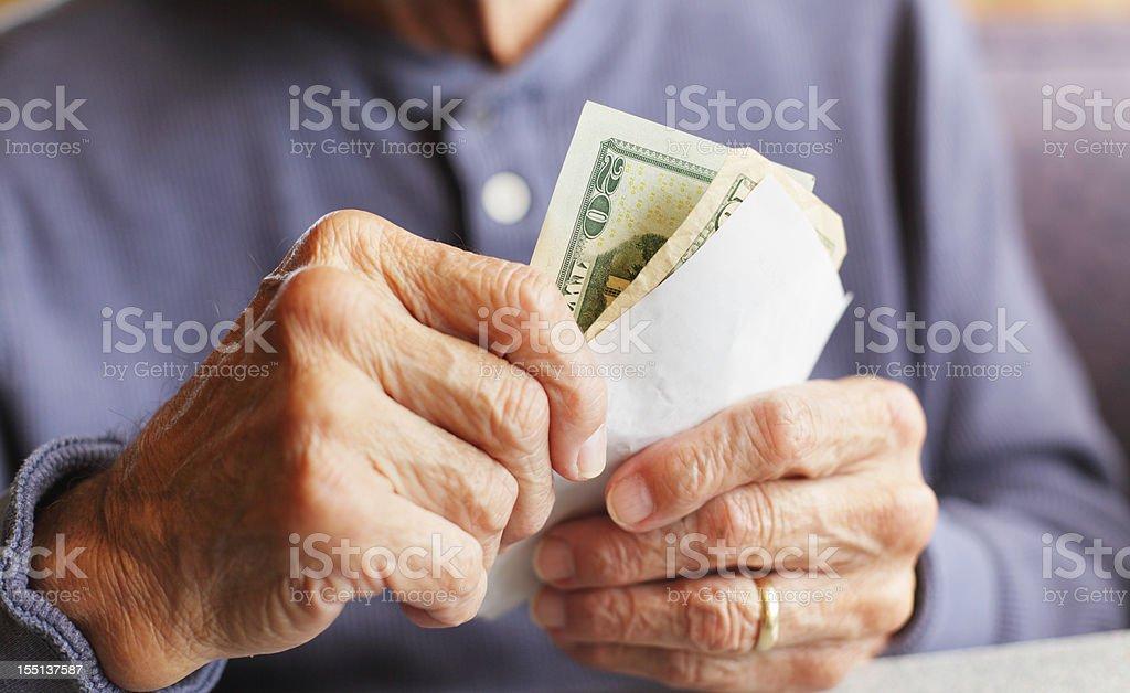 Alter Mann Hände halten Geld und Frühstück Bill – Foto