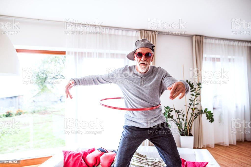 Senior hombre divertirse en casa. foto de stock libre de derechos