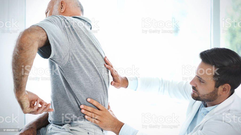 Ältere Mann mit seinem Rücken von einem Arzt untersucht. – Foto