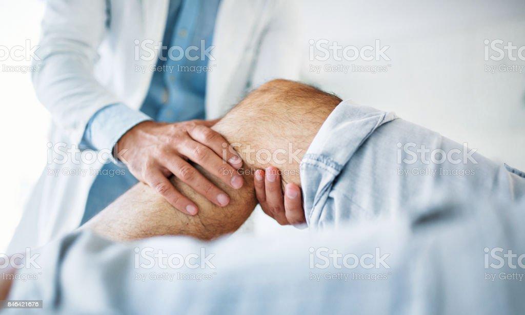 Senior hombre tener examen médico. - foto de stock