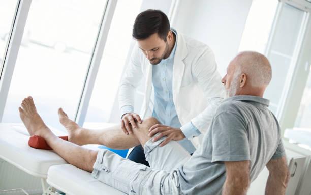 senior man har läkarundersökning. - knäskål bildbanksfoton och bilder