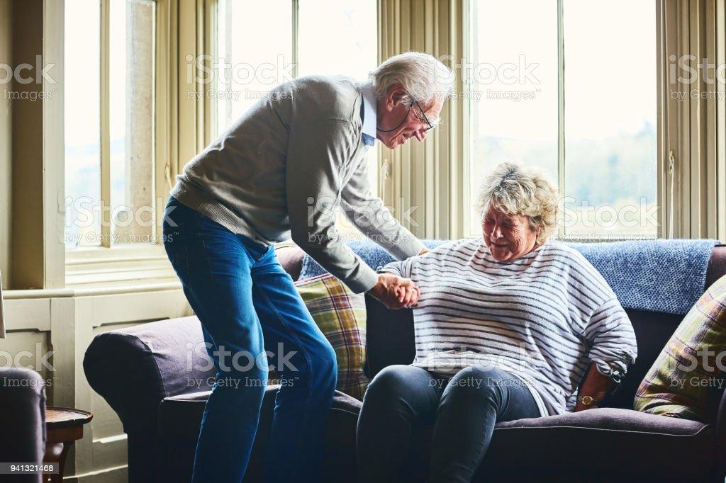 Stoel Voor Ouderen : Senior man helpen van ouderen vrouwelijke opstaan vanuit luie
