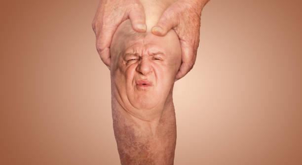 Seniorenmensch hält das Knie mit Schmerzen. Collage. Konzept des abstrakten Schmerzes und der Verzweiflung. – Foto