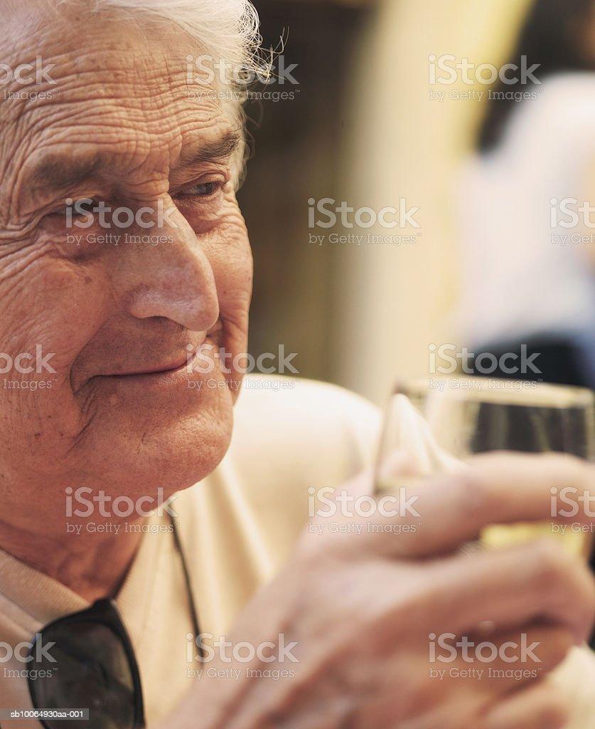 Senior man holding wine glass, close-up Lizenzfreies stock-foto
