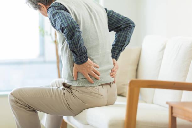노인 은 그의 허리를 아프게 - 엉덩관절 뉴스 사진 이미지