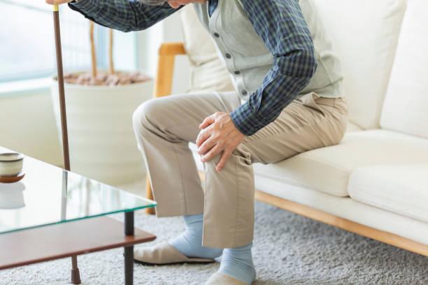 膝を痛めた先輩 - 杖 ストックフォトと画像