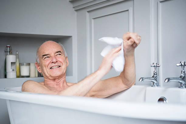 Alter Mann im Bad Waschen selbst Lächeln – Foto