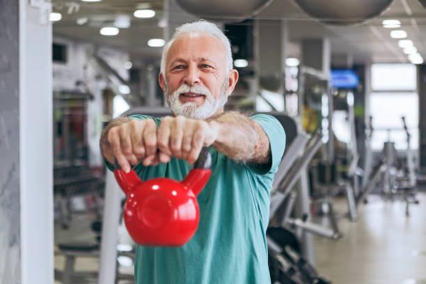 Senior Woman im Fitness-Studio mit Wasserkocher Glocken – Foto