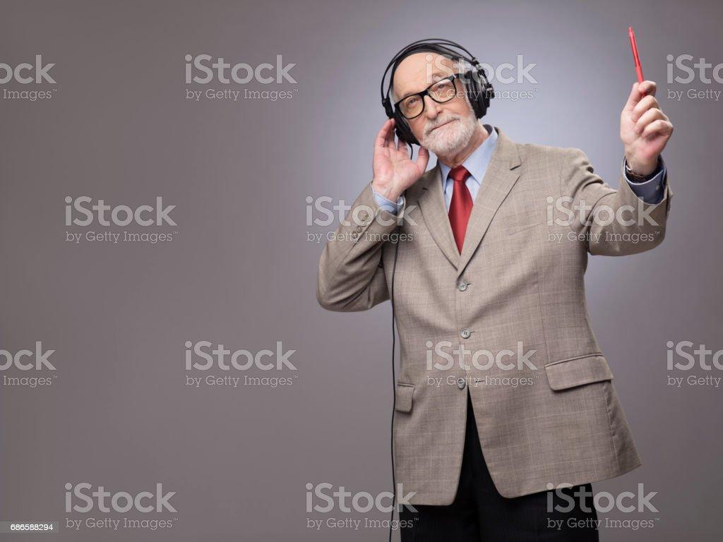 Homme senior dans les écouteurs photo libre de droits