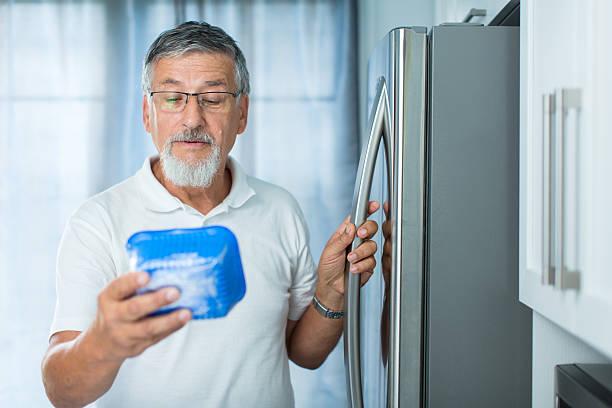 alter mann in der küche von kühlschrank - zum totlachen stock-fotos und bilder