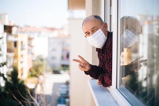검역소에서 신선한 공기를 호흡 하는 창에 의료 마스크에 노인 COVID-19에 대한 스톡 사진 및 기타 이미지