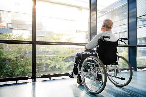 uomo anziano in sedia a rotelle - sedia a rotelle foto e immagini stock