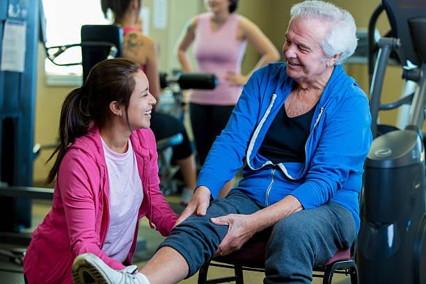 Senior Mann bewertet von Physiotherapeutin – Foto