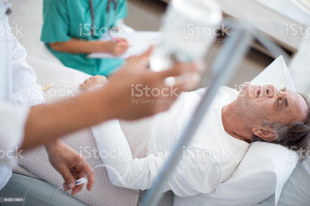 Ältere Mann ist schwer krank im Krankenhausbett – Foto