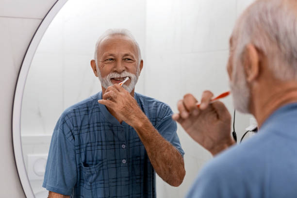Senior Mann hält ihre Zahnhygiene – Foto