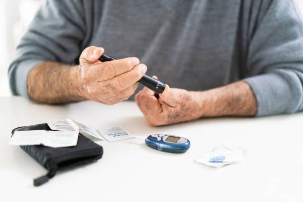 senior mann lebt mit diabetes hand detail - hyperglycemia stock-fotos und bilder