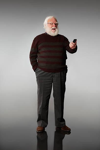 Alter Mann, ein Blick auf Handy Lachen – Foto