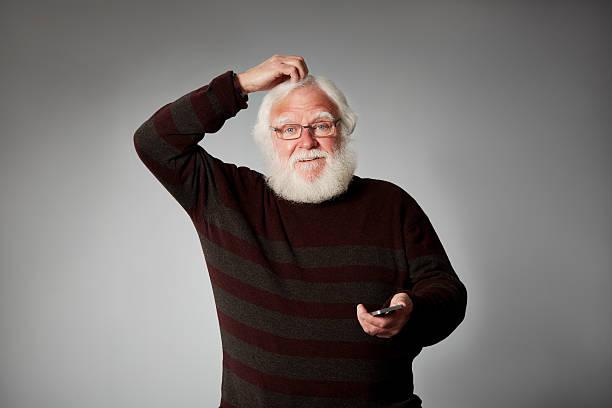 Alter Mann suchen verwirrt mit einem Handy – Foto