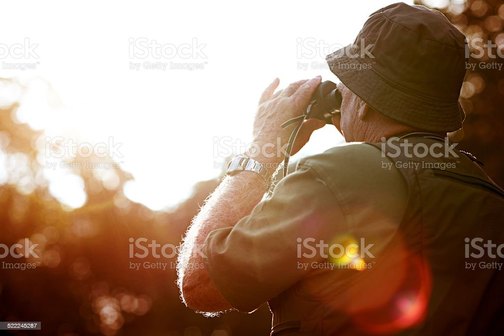 Älterer Mann, Blick durch das Fernglas – Foto