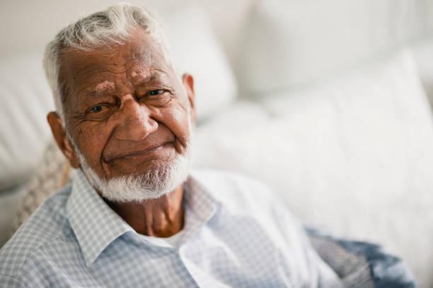 Senior Mann schaut in die Kamera – Foto