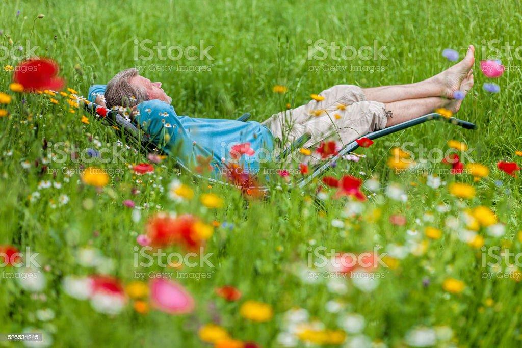 Liegestuhl Liegen.Alter Mann Auf Dem Liegestuhl Liegen Im Garten Stockfoto Und