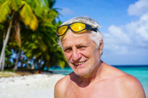 ältere mann am strand insel isla pelicano in karibik sehen, panama. - senior bilder wasser stock-fotos und bilder
