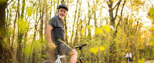senior mannen på sin mountain-bike utomhus - active senior bildbanksfoton och bilder