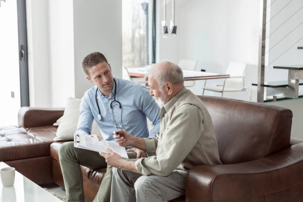 Senior woman auf Treffen mit Versicherungsvertreter zu Hause – Foto