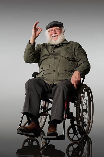 Alter Mann auf Rollstuhl Gestikulieren OK Zeichen Lächeln – Foto