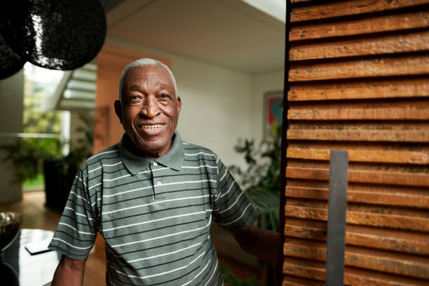 Senior Mann öffnet die Haustür – Foto