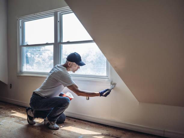 senior adam resim daire iç - boya boyamak stok fotoğraflar ve resimler