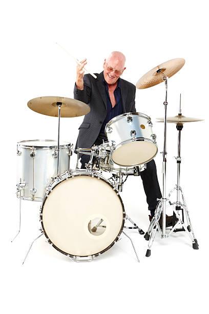 alter mann spielen eine trommel set-isoliert - schlagzeuge stock-fotos und bilder