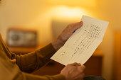 手紙を読んでいる老人