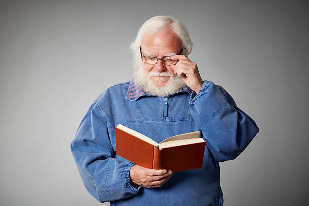 Älterer Mann liest ein Buch – Foto