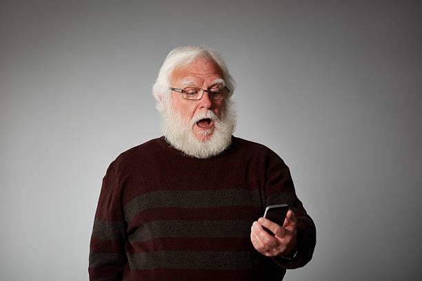 Alter Mann lesen eine SMS Sie suchen überrascht – Foto