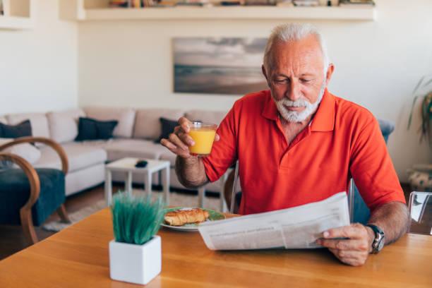 朝新聞を読んで年配の男性 - 独立 ストックフォトと画像