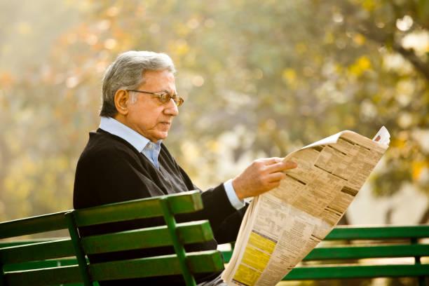 Senior Mann lesen Zeitung im Park – Foto