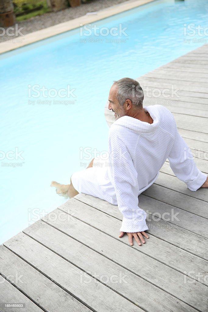 老人男性のプールでリラックス、 ストックフォト